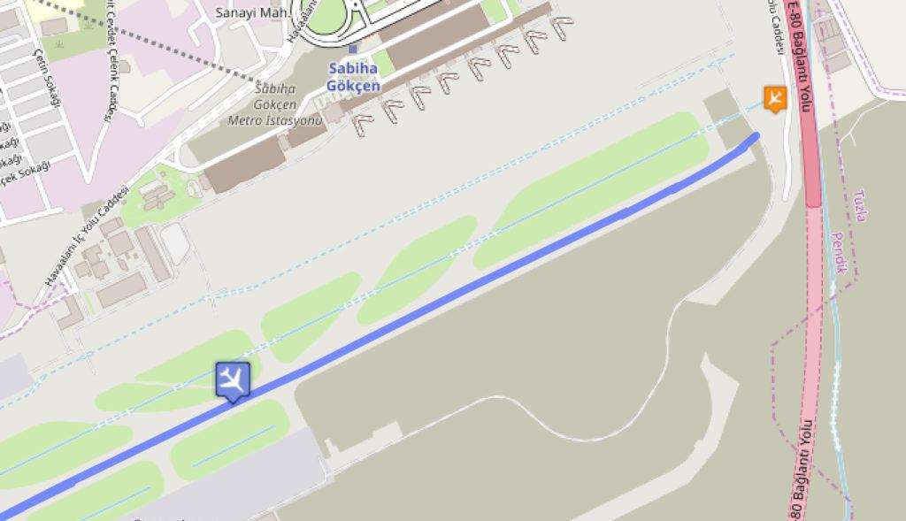 Данные с сайта слежения за рейсами Flightradar24 позволяют предположить, что самолет был повернут налево в конце взлетно-посадочной полосы, вероятно, так как рядом с проходной была антенная решетка. Последняя зарегистрированная скорость была 63 узла, когда самолет пересек периметровую дорогу.