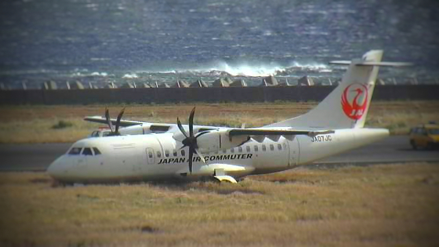 Самолет отклонился от взлетно-посадочной полосы на 15 метров, а носовое шасси застряло в грязи, в результате чего самолет потерял способность двигаться.